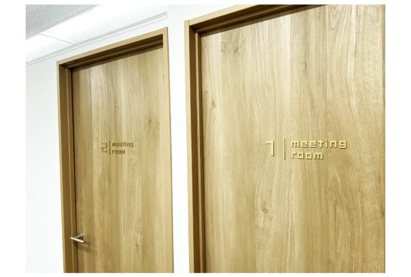 横浜のオフィスドア部分の室名サイン|施工例
